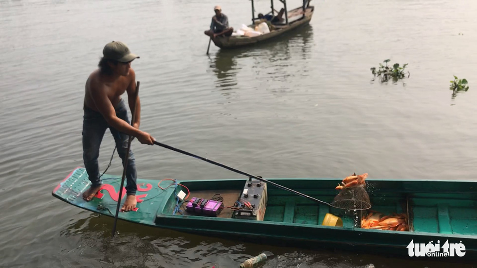 Cá chép đưa ông Táo vừa thả xuống sông đã bị chích điện bất tỉnh - Ảnh 4.