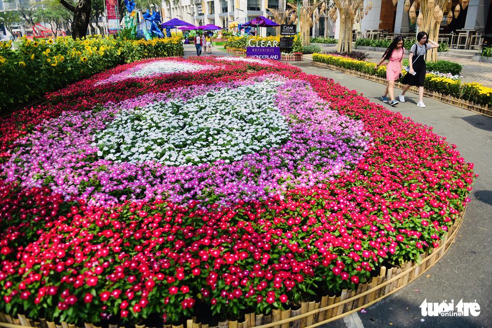 Cận cảnh đường hoa rước lộc đồng hoa Phú Mỹ Hưng Tết Canh Tý - Ảnh 7.