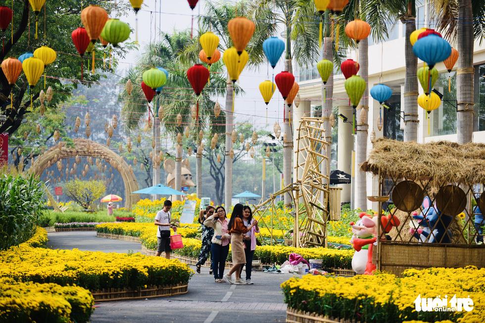 Cận cảnh đường hoa rước lộc đồng hoa Phú Mỹ Hưng Tết Canh Tý - Ảnh 11.