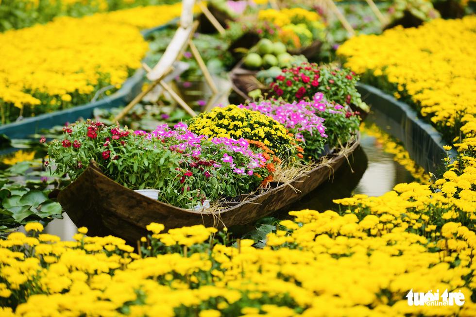 Cận cảnh đường hoa rước lộc đồng hoa Phú Mỹ Hưng Tết Canh Tý - Ảnh 14.