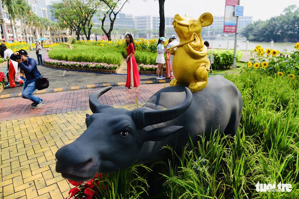 Cận cảnh đường hoa rước lộc đồng hoa Phú Mỹ Hưng Tết Canh Tý - Ảnh 16.