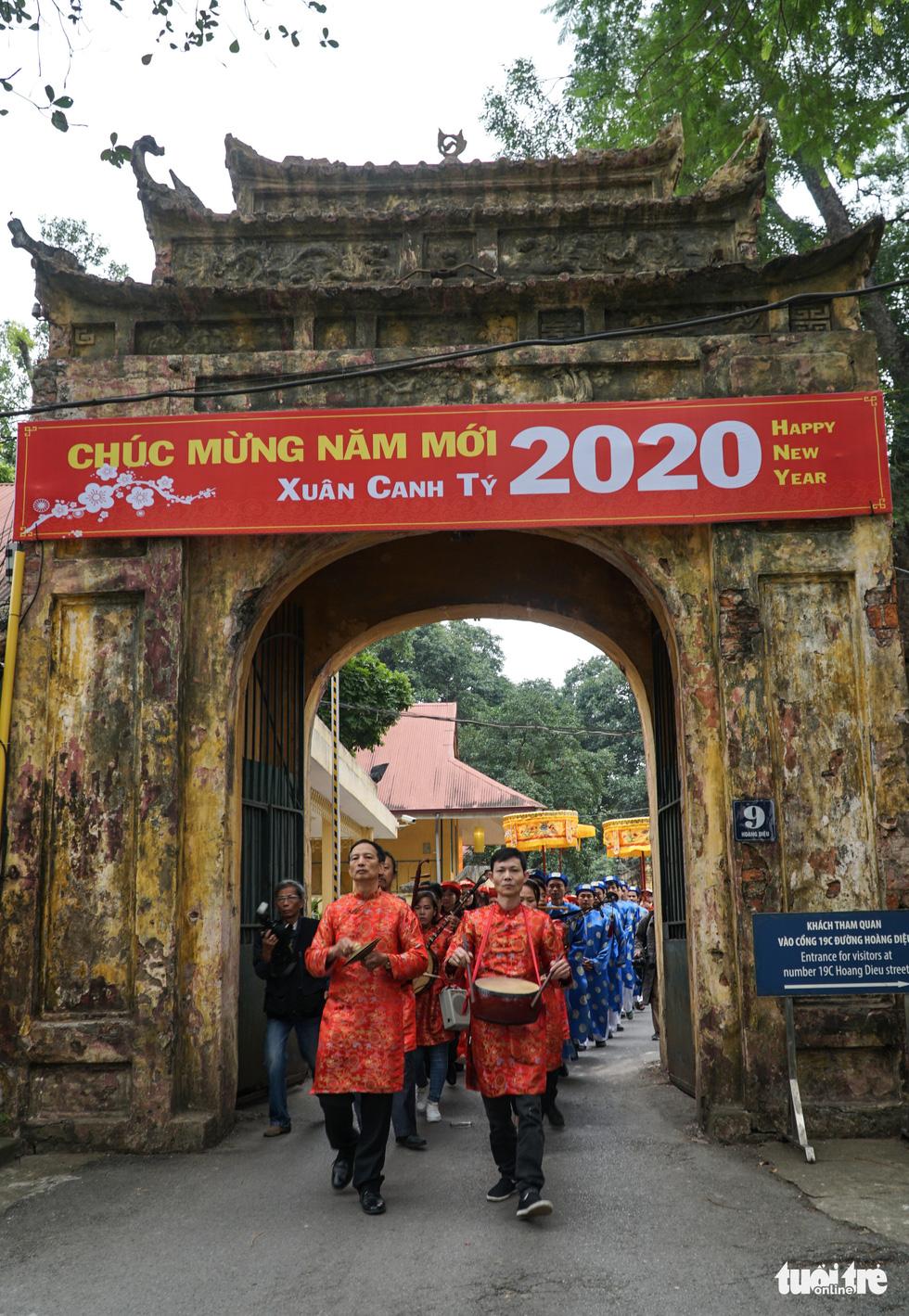Thả cá chép, dựng cây nêu đón năm mới tại Hoàng thành Thăng Long - Ảnh 6.
