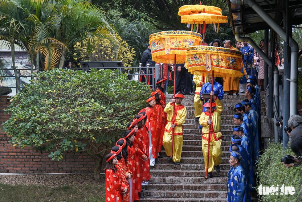 Thả cá chép, dựng cây nêu đón năm mới tại Hoàng thành Thăng Long - Ảnh 3.