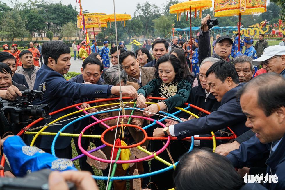 Thả cá chép, dựng cây nêu đón năm mới tại Hoàng thành Thăng Long - Ảnh 1.