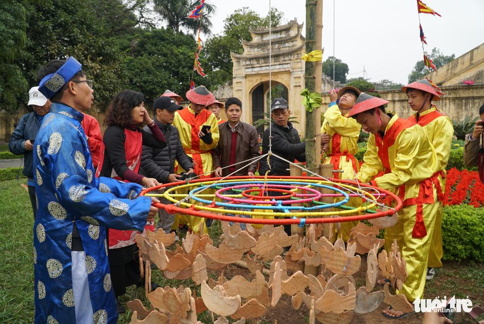 Thả cá chép, dựng cây nêu đón năm mới tại Hoàng thành Thăng Long - Ảnh 7.