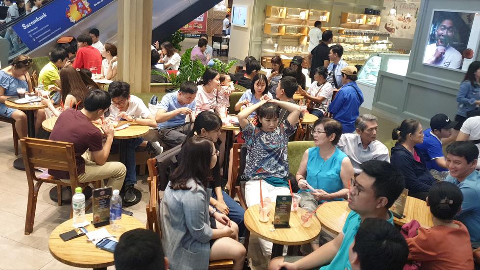 Mới 26, nhiều tiệm ở Sài Gòn bán tháo hàng, đóng cửa nghỉ tết sớm - Ảnh 9.