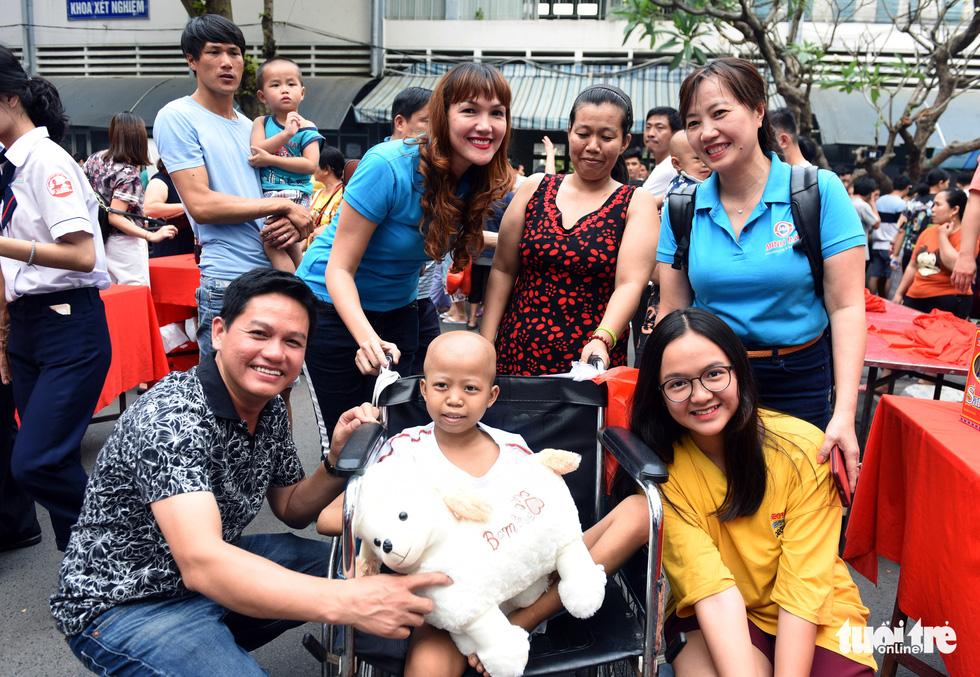 San sẻ Xuân yêu thương ở bệnh viện ung bướu - Ảnh 11.