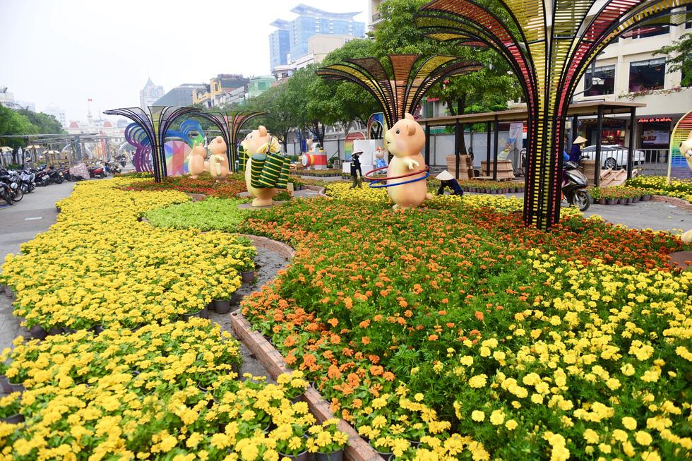 Đường hoa Nguyễn Huệ 2020 dự kiến xong từ 26 Tết - Ảnh 1.