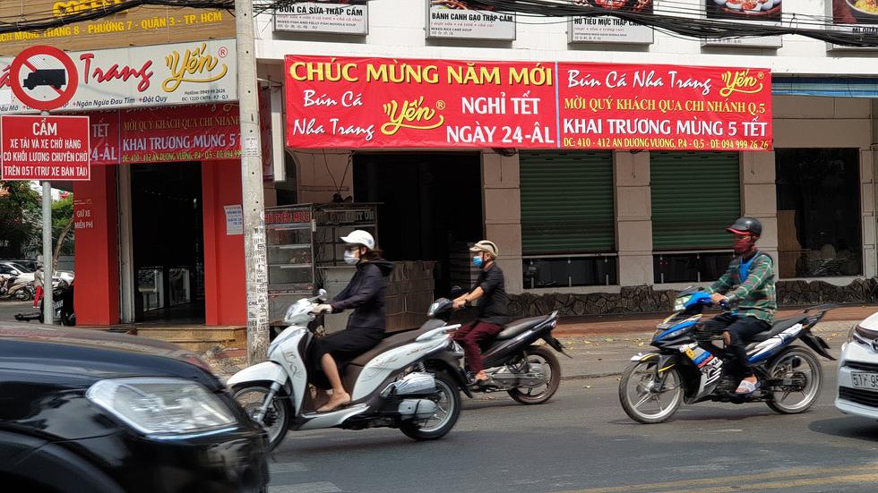 Mới 26, nhiều tiệm ở Sài Gòn bán tháo hàng, đóng cửa nghỉ tết sớm - Ảnh 2.