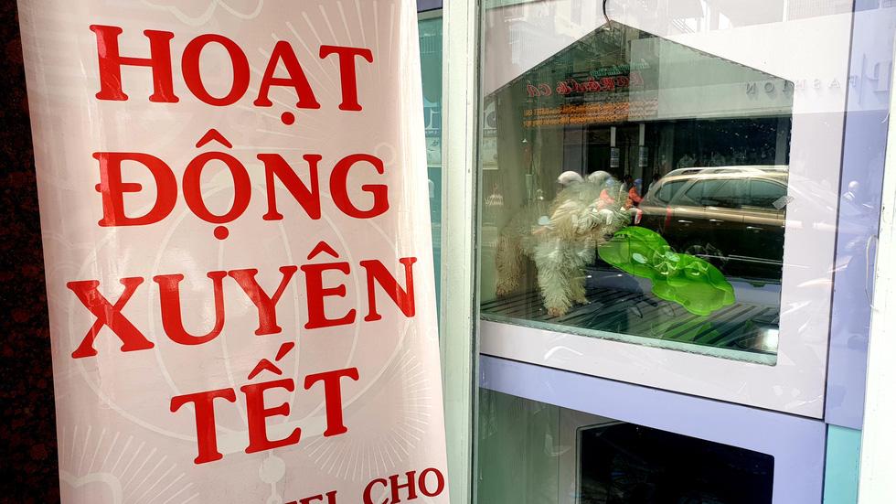 Mới 26, nhiều tiệm ở Sài Gòn bán tháo hàng, đóng cửa nghỉ tết sớm - Ảnh 11.