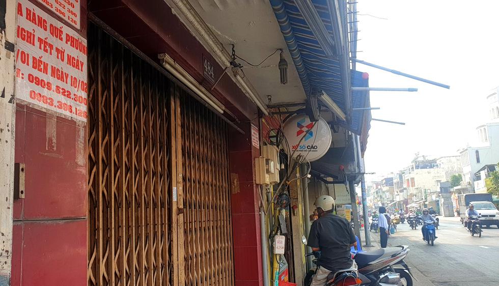 Mới 26, nhiều tiệm ở Sài Gòn bán tháo hàng, đóng cửa nghỉ tết sớm - Ảnh 1.