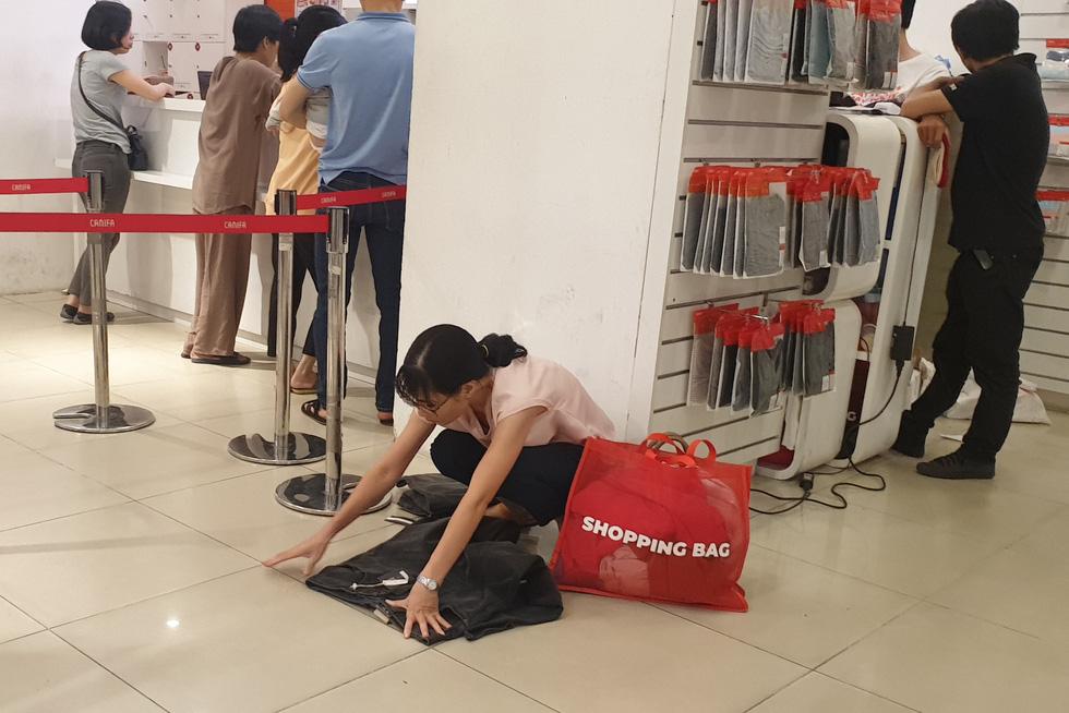 Mới 26, nhiều tiệm ở Sài Gòn bán tháo hàng, đóng cửa nghỉ tết sớm - Ảnh 7.