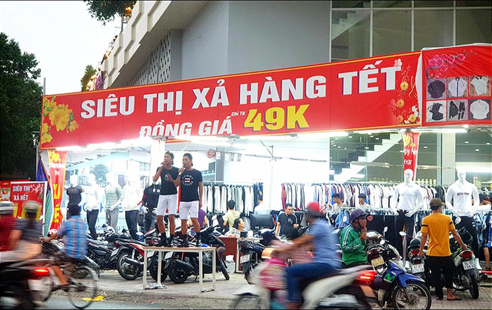 Mới 26, nhiều tiệm ở Sài Gòn bán tháo hàng, đóng cửa nghỉ tết sớm - Ảnh 4.
