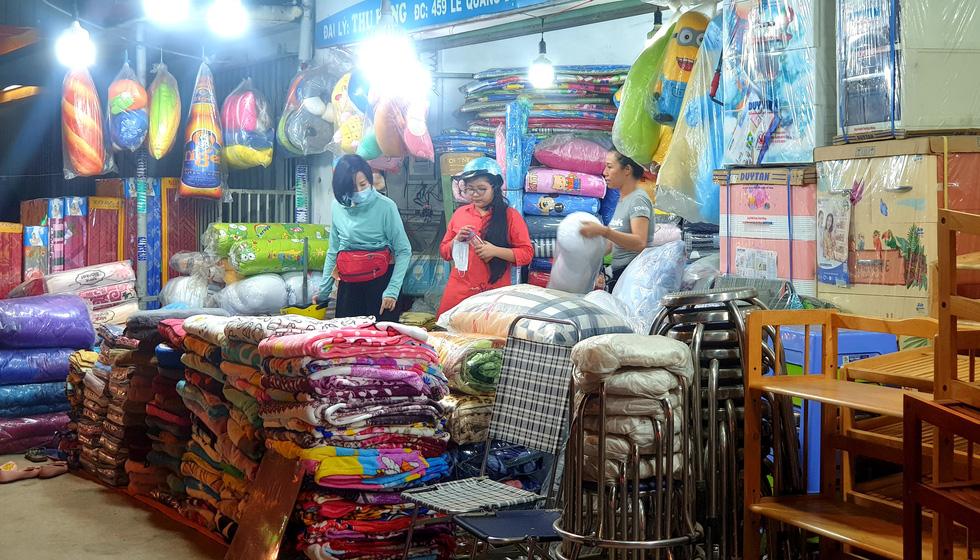 Mới 26, nhiều tiệm ở Sài Gòn bán tháo hàng, đóng cửa nghỉ tết sớm - Ảnh 8.