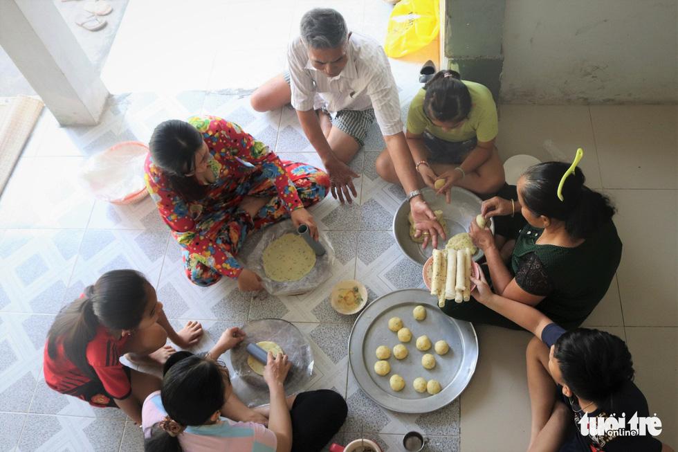 Tết về quê ngoại, thưởng thức bánh phồng nhân cơm dừa