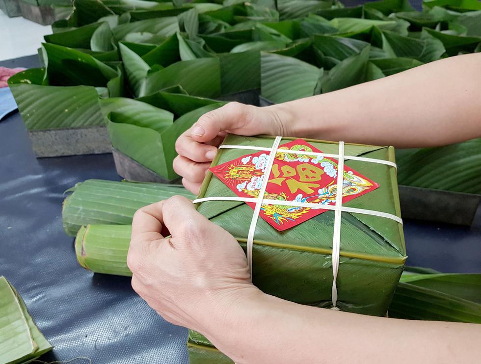 Tiểu đội nông dân Huế 'cưỡi' phi cơ vô Sài Gòn gói bánh chưng, bánh tét - Ảnh 9.