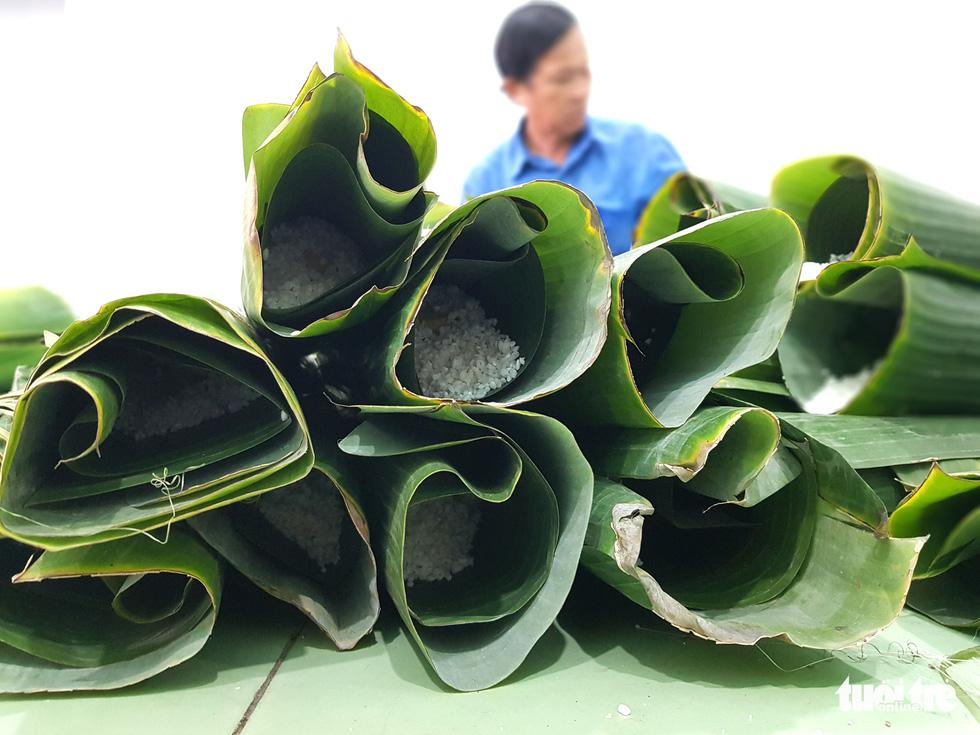 Tiểu đội nông dân Huế 'cưỡi' phi cơ vô Sài Gòn gói bánh chưng, bánh tét - Ảnh 5.