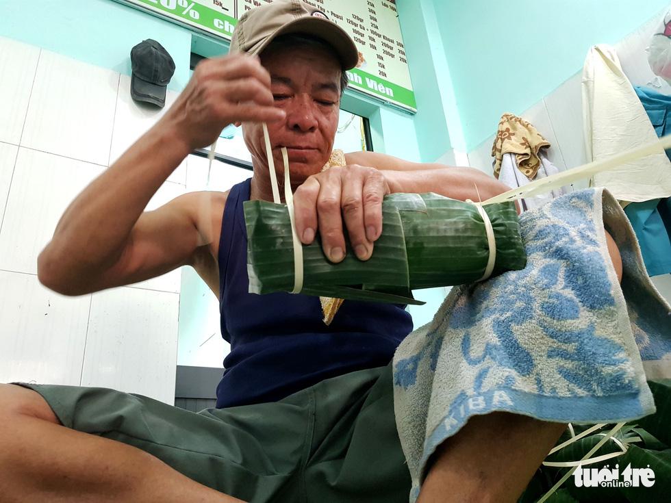 Tiểu đội nông dân Huế 'cưỡi' phi cơ vô Sài Gòn gói bánh chưng, bánh tét - Ảnh 6.