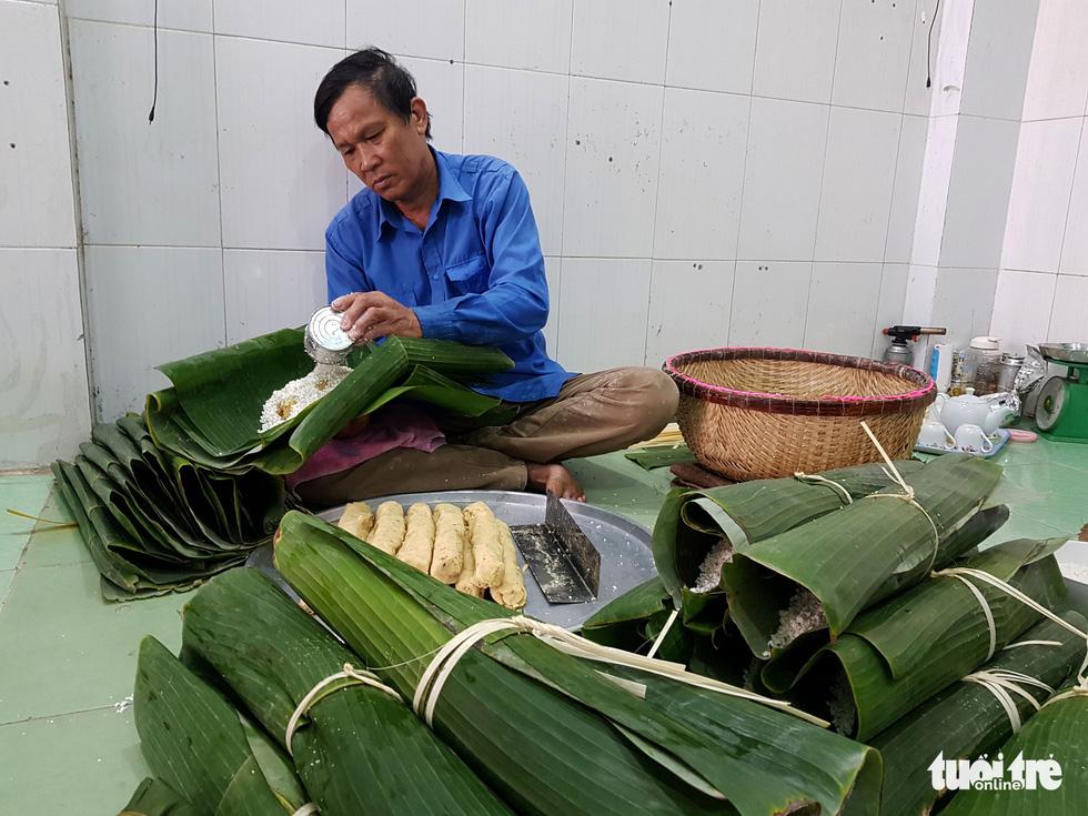 Tiểu đội nông dân Huế 'cưỡi' phi cơ vô Sài Gòn gói bánh chưng, bánh tét - Ảnh 1.