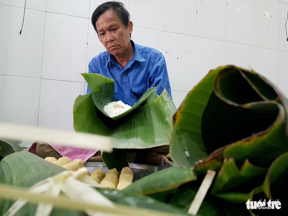 Tiểu đội nông dân Huế 'cưỡi' phi cơ vô Sài Gòn gói bánh chưng, bánh tét - Ảnh 7.