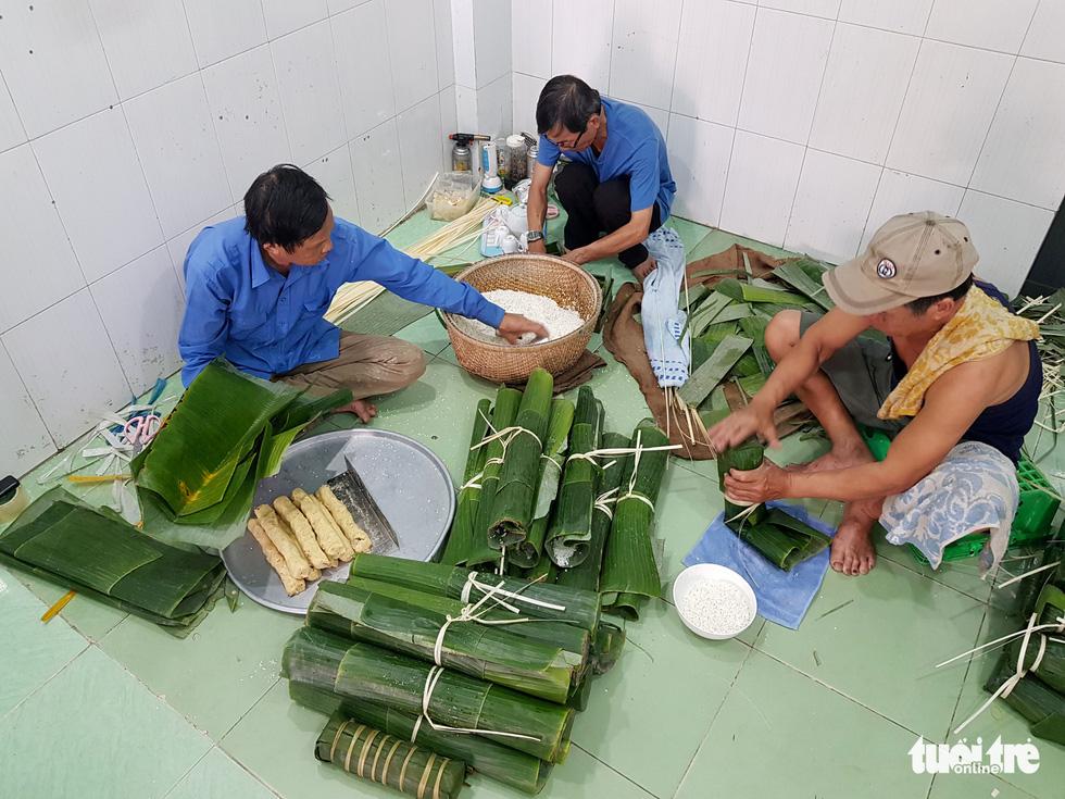 Tiểu đội nông dân Huế 'cưỡi' phi cơ vô Sài Gòn gói bánh chưng, bánh tét - Ảnh 2.