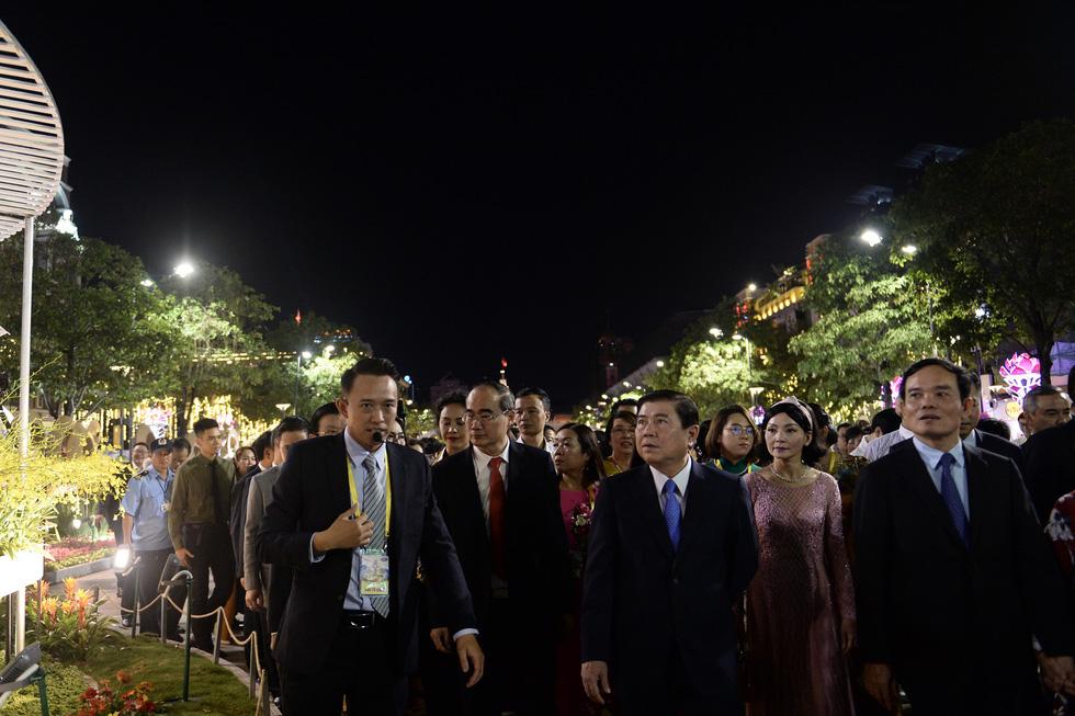 Chùm ảnh tưng bừng khai mạc đường hoa Nguyễn Huệ Tết Canh Tý 2020 - Ảnh 3.