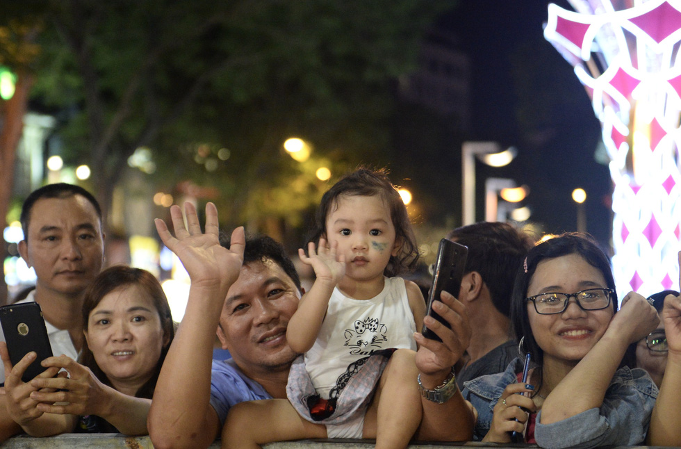 Chùm ảnh tưng bừng khai mạc đường hoa Nguyễn Huệ Tết Canh Tý 2020 - Ảnh 5.