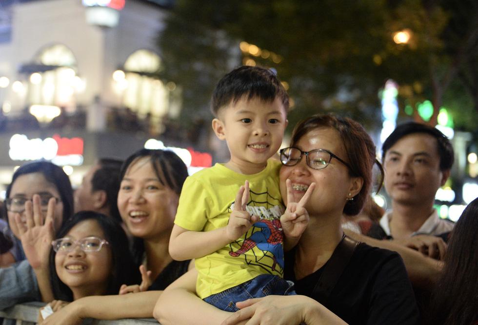 Chùm ảnh tưng bừng khai mạc đường hoa Nguyễn Huệ Tết Canh Tý 2020 - Ảnh 4.
