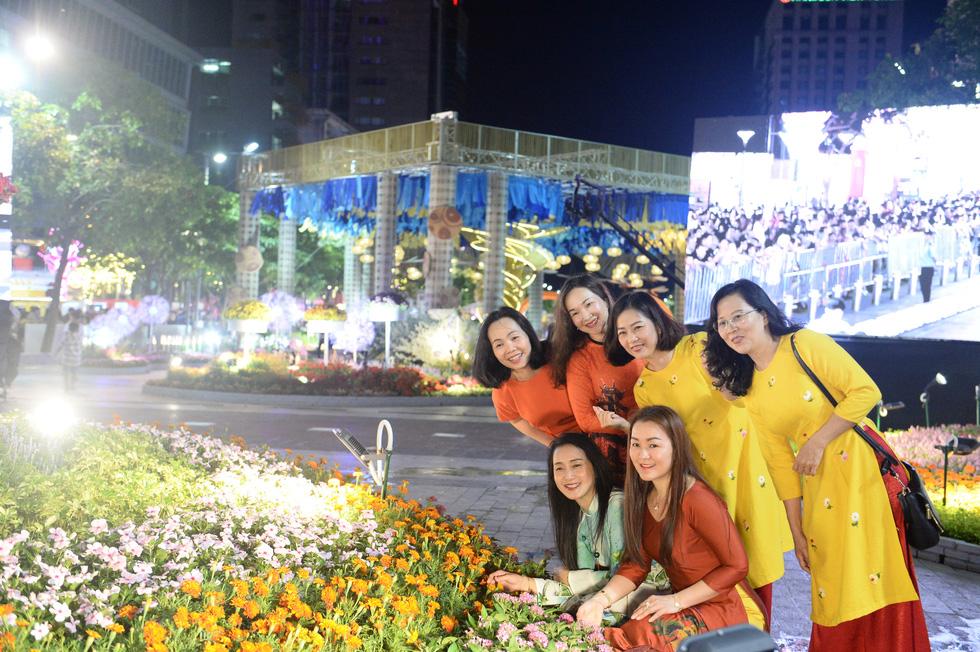 Chùm ảnh tưng bừng khai mạc đường hoa Nguyễn Huệ Tết Canh Tý 2020 - Ảnh 6.