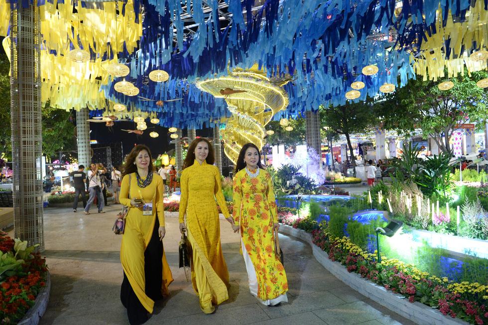 Chùm ảnh tưng bừng khai mạc đường hoa Nguyễn Huệ Tết Canh Tý 2020 - Ảnh 8.