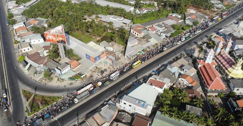 Hàng chục ngàn xe máy chen chúc dưới trời nắng nóng nhích về miền Tây - Ảnh 3.