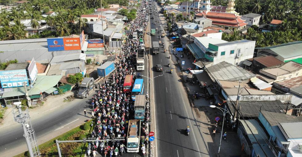 Hàng chục ngàn xe máy chen chúc dưới trời nắng nóng nhích về miền Tây - Ảnh 4.