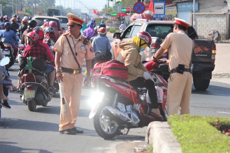 Hàng chục ngàn xe máy chen chúc dưới trời nắng nóng nhích về miền Tây - Ảnh 5.