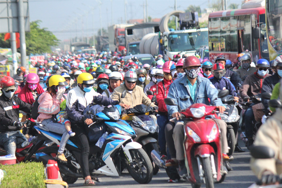 Hàng chục ngàn xe máy chen chúc dưới trời nắng nóng nhích về miền Tây - Ảnh 1.