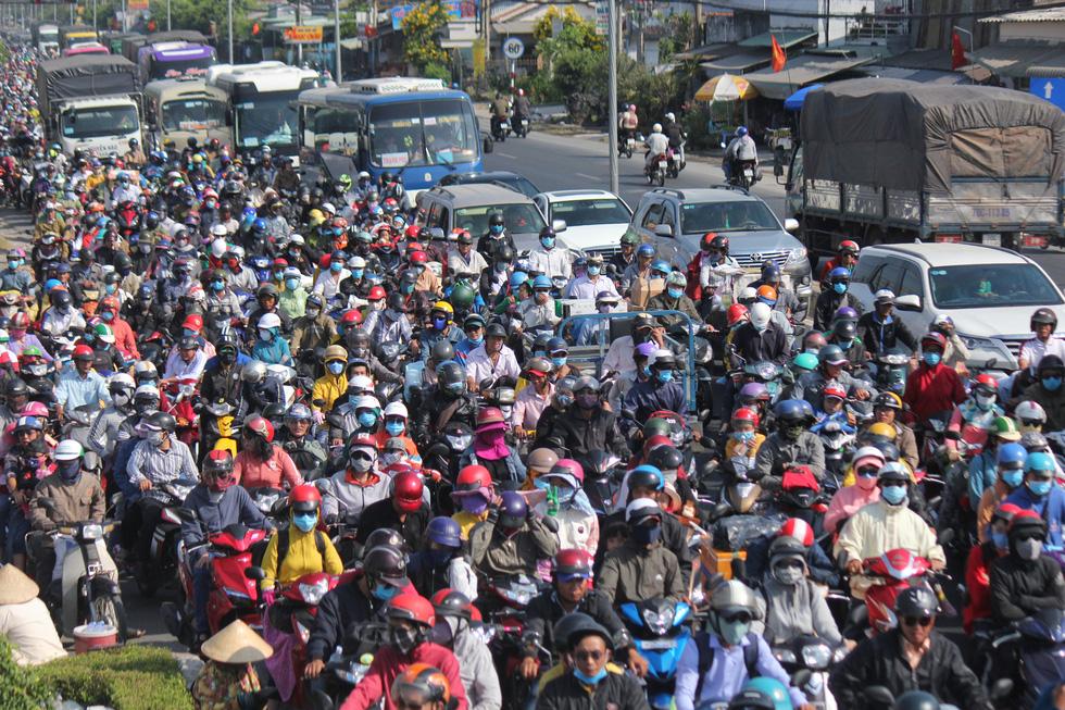 Hàng chục ngàn xe máy chen chúc dưới trời nắng nóng nhích về miền Tây - Ảnh 6.