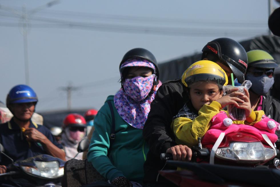 Hàng chục ngàn xe máy chen chúc dưới trời nắng nóng nhích về miền Tây - Ảnh 7.