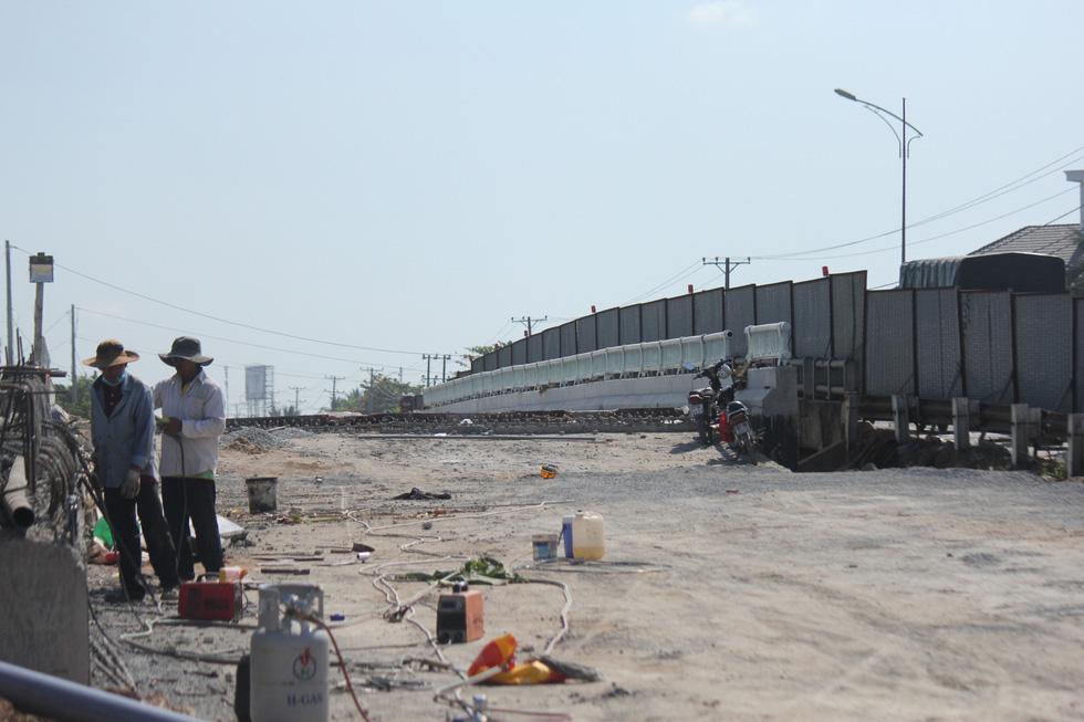 Hàng chục ngàn xe máy chen chúc dưới trời nắng nóng nhích về miền Tây - Ảnh 8.