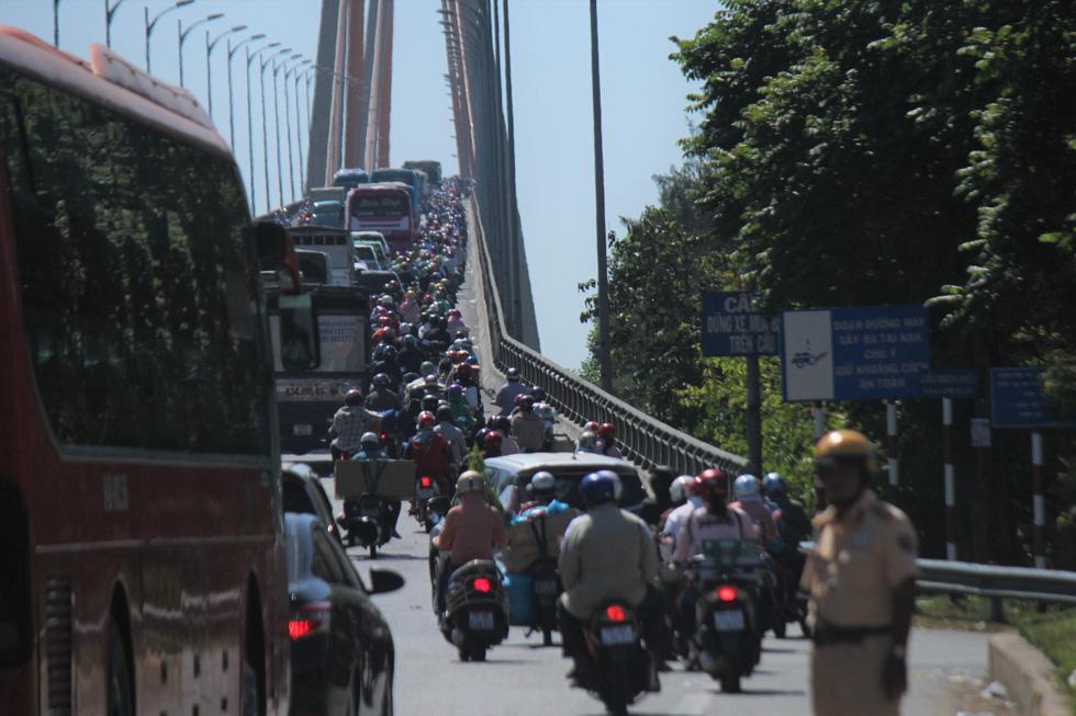 Hàng chục ngàn xe máy chen chúc dưới trời nắng nóng nhích về miền Tây - Ảnh 9.