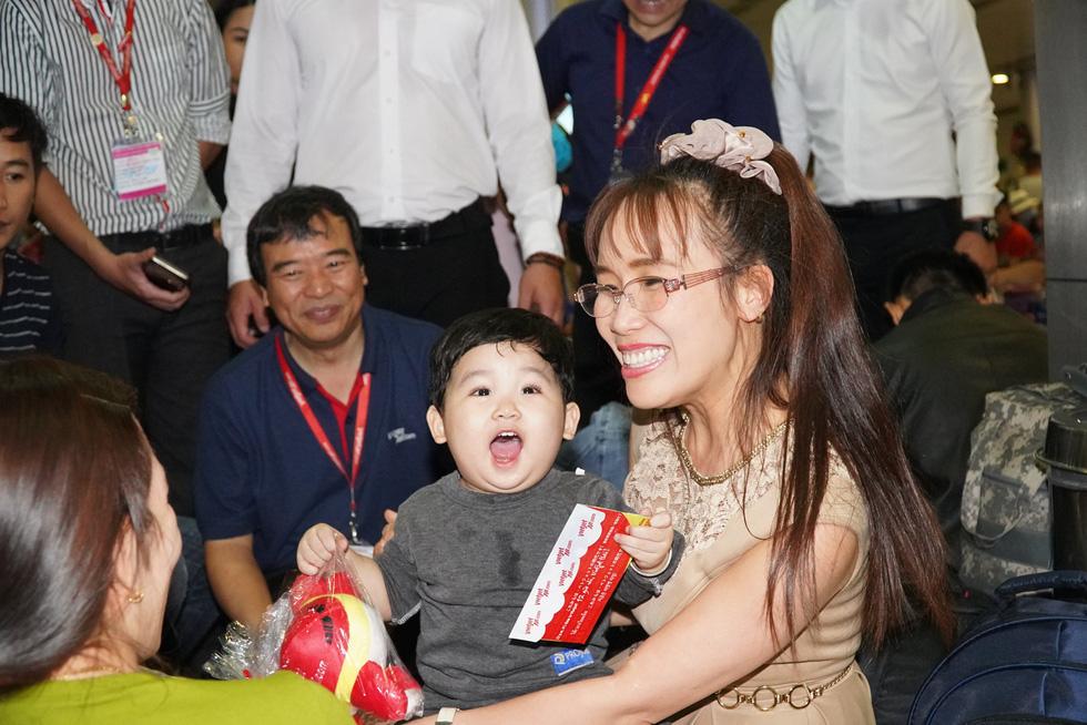 Nữ tỉ phú Vietjet Nguyễn Thị Phương Thảo bất ngờ xuất hiện tại Tân Sơn Nhất - Ảnh 1.