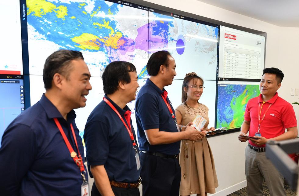 Nữ tỉ phú Vietjet Nguyễn Thị Phương Thảo bất ngờ xuất hiện tại Tân Sơn Nhất - Ảnh 2.