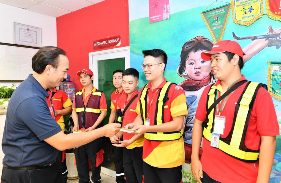 Nữ tỉ phú Vietjet Nguyễn Thị Phương Thảo bất ngờ xuất hiện tại Tân Sơn Nhất - Ảnh 4.