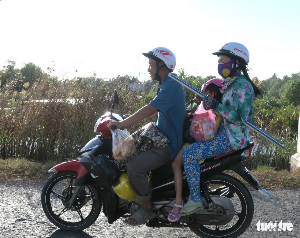Muôn kiểu đường về quê bằng xe máy - Ảnh 4.