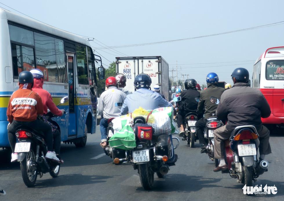 Muôn kiểu đường về quê bằng xe máy - Ảnh 2.