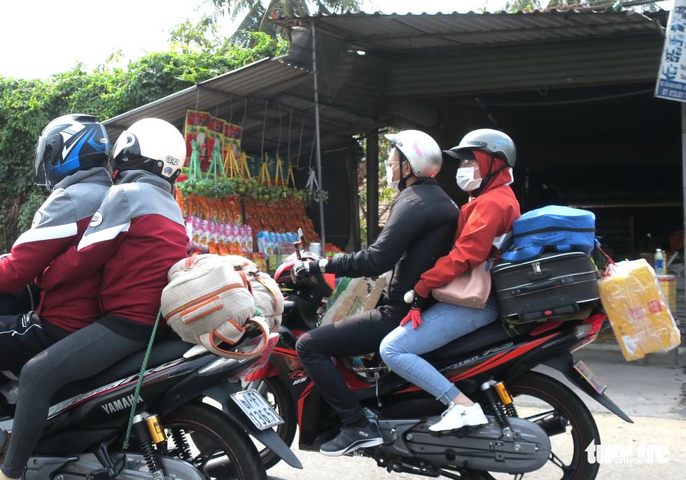 Muôn kiểu đường về quê bằng xe máy - Ảnh 6.