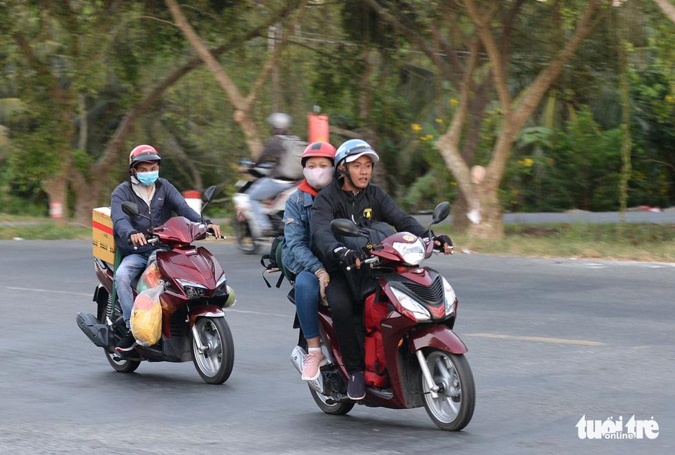 Muôn kiểu đường về quê bằng xe máy - Ảnh 7.
