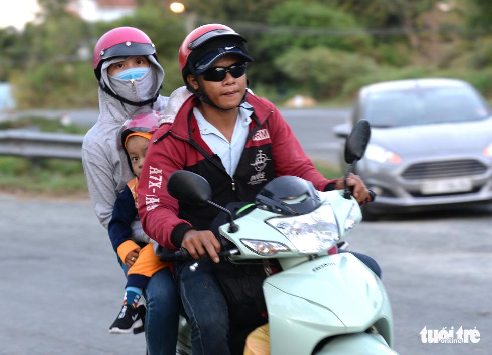Muôn kiểu đường về quê bằng xe máy - Ảnh 8.