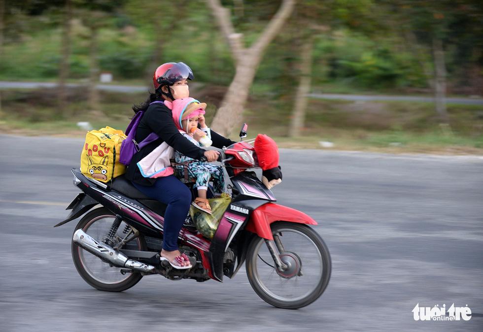 Muôn kiểu đường về quê bằng xe máy - Ảnh 9.