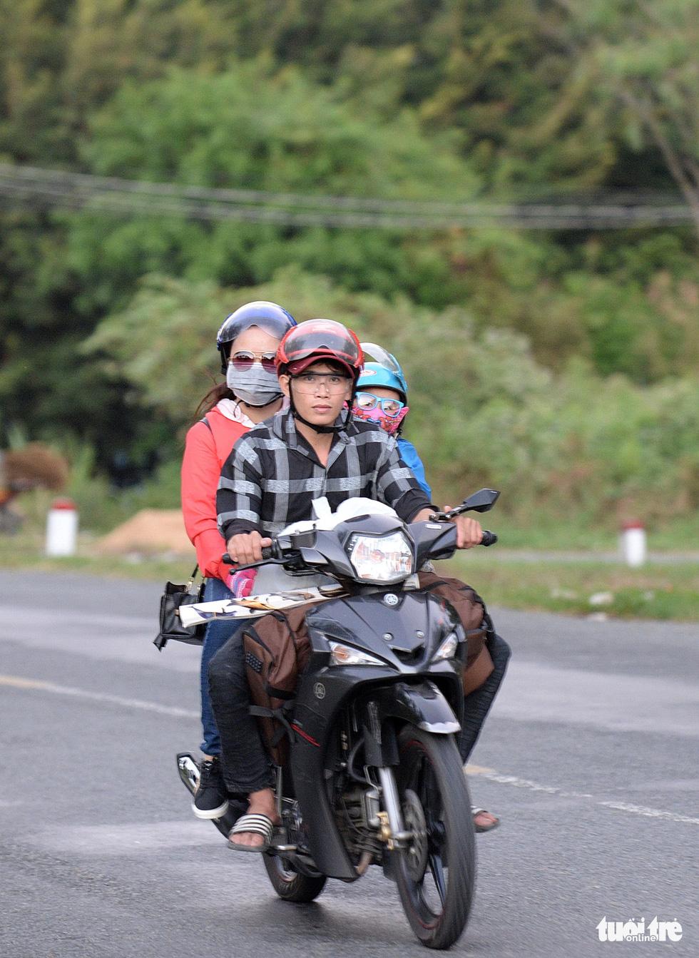 Muôn kiểu đường về quê bằng xe máy - Ảnh 10.