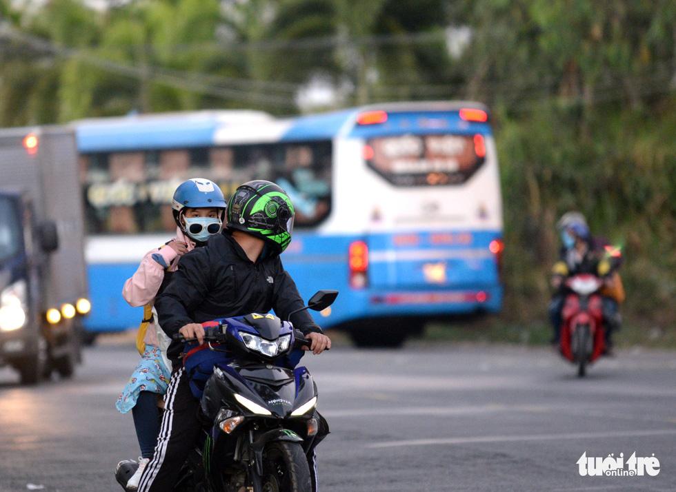 Muôn kiểu đường về quê bằng xe máy - Ảnh 11.