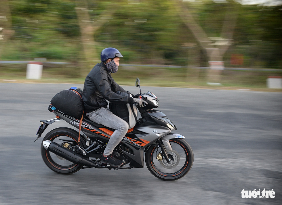 Muôn kiểu đường về quê bằng xe máy - Ảnh 12.